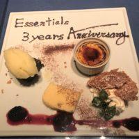 エッセンシャルズの3周年を祝うデザートプレート
